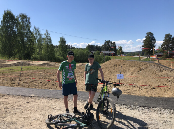 En av initiativtagarna till bikeparken, Zeth Johansson t.h., tillsammans med cykelfantasten <br>Hugo Johansson.