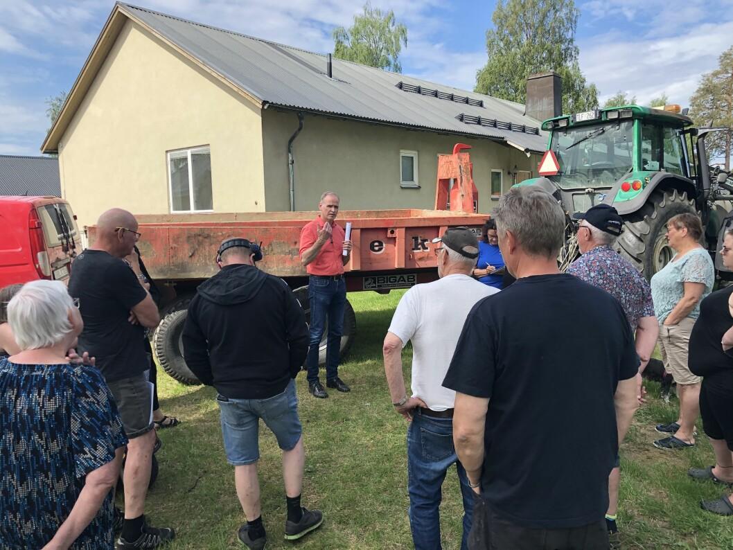 SHB:s vd Stefan Jönsson, vänd mot kameran, menar att SHB till syvende och sist måste följa kommunens direktiv.