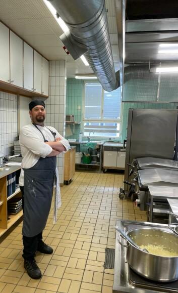 Simon Eriksson, en av tre anställda i det kommunala köket i Backe, vill bara att processen får ett slut.