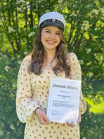 """Saga-Li Ehnberg Ahola fick Jämtlands Tidnings stipendium för sin uppsats om HBTQ-representation i spelvärlden med motiveringen: """"Har genom ett grundligt arbete och ett journalistiskt sätt belyst och lyft ett aktuellt ämne""""."""