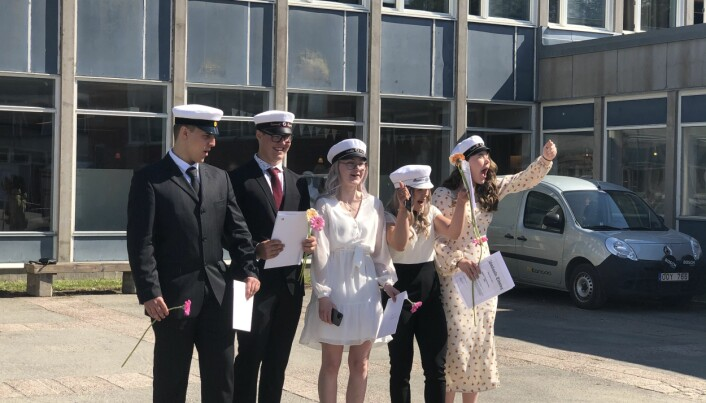 Glada studenter i klass SA2 med Jämtlands Tidnings stipendiat, Saga-li Ehnberg Ahola längst till höger.