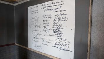 Inne i flotten hänger en tavla med autografer från kända personer som sprungit Gunder Hägg - loppet