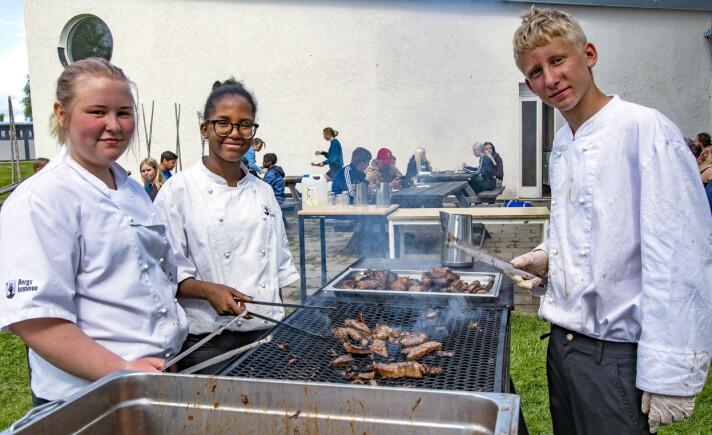 Frida Ivarsson, Fatoma Mahdi Dinle och Axel Eriksson tillbringade fixardagen på Myrvikens skola vid grillen, där de trivdes gott.