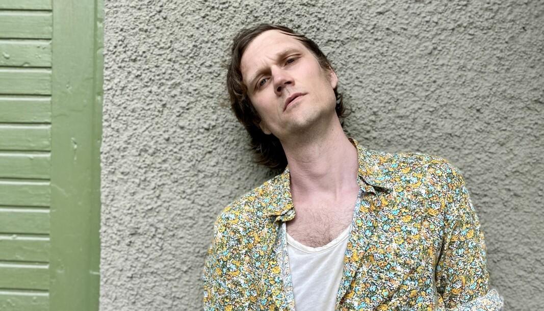 Juni Vinter, som egentligen heter Anton Olsve, kommer från Sällsjö utanför Mörsil och släppte i dagarna sitt debutalbum.