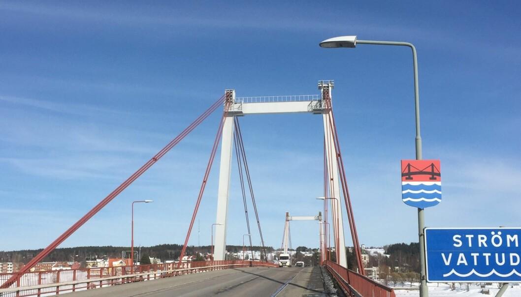 Att Strömsundsbron renoveras med långa köer som följd gav direkt utslag för företagen på andra sidan bron.