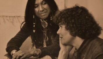 Här är Inger tillsammans med den tidigare mycket kända kanadensisk-amerikanska sångerskan Buffy Sainte-Marie, som tillhör indianstammen Cree.