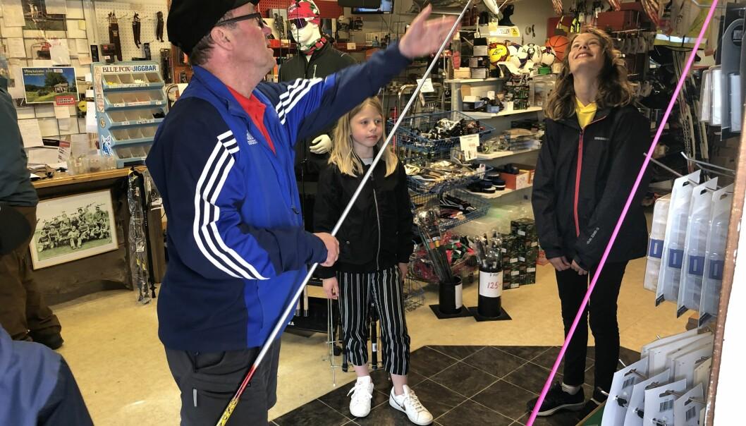 Selma Löfvenius t.v. och Astrid Svensson t.h. hämtar ut metspön på Rossön Sport & Färg tack vare ett initiativ av Marcus Bryntesson, grundare av minnesfonden BackaAsp.