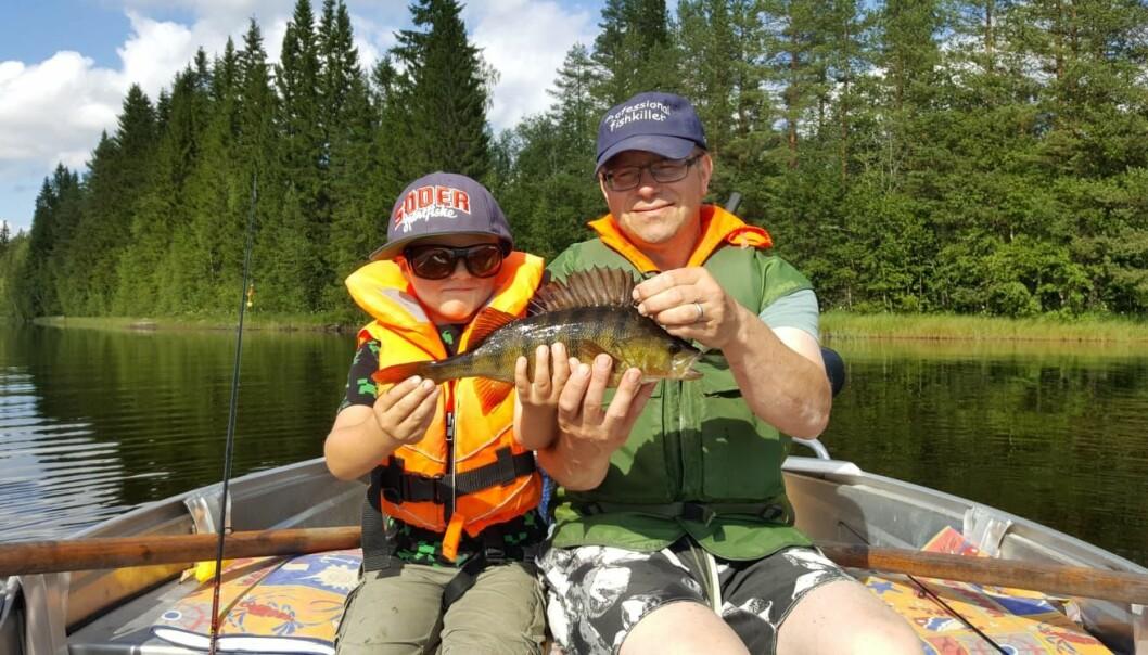 """Marcus Bryntesson är initiativtagare och grundare till minnesfonden BackaAsp som gjort det möjligt för skolbarnen att hämta ut metspön. Här med sonen Alfred, tillika Albins kusin som """"fiskar hela tiden""""."""