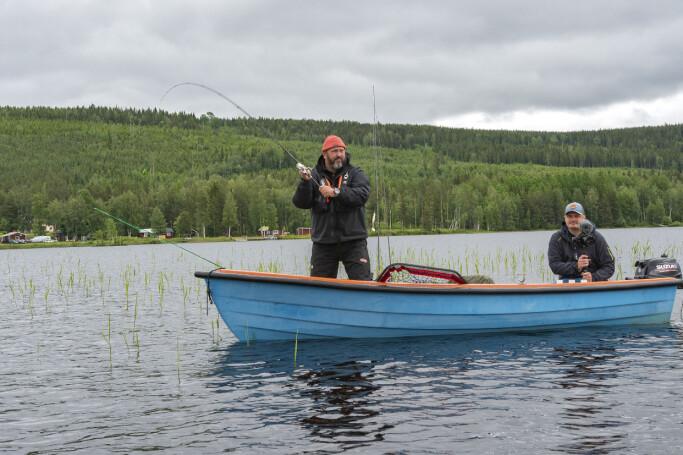 Johan Broman kastar och frilansfilmaren Kalle Simonaho styrde ekan dit fisken stod.