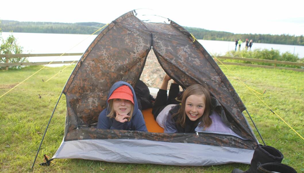 Anna Wolf-Watz och Melker Johansson gillar campinglivet på kollot.