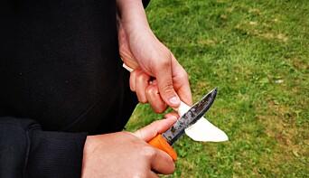 Saga Nordbakk täljer en smörkniv.