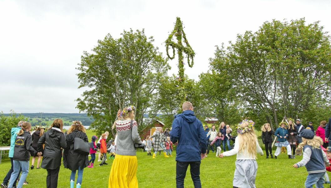 Det dansades kring midsommarstången vid Brunflo Hembygdsgård på midsommarafton.