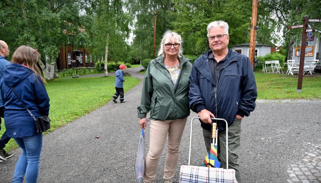 Stig Arne och Eva firar midsommar med picknick i Jamtli.