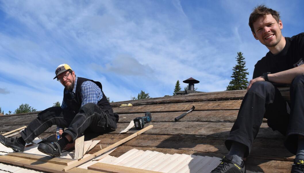 De båda Jamtli-lärlingarna Per Lindberg och David Engström i full färd med att lägga nya takspån på bustugan.