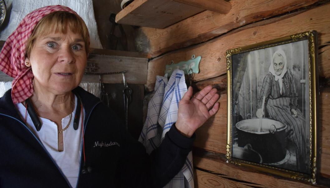 Anita Myhr visar en bild på Nirs Kari, född 1850, som drev fäbodvallen en gång tiden.
