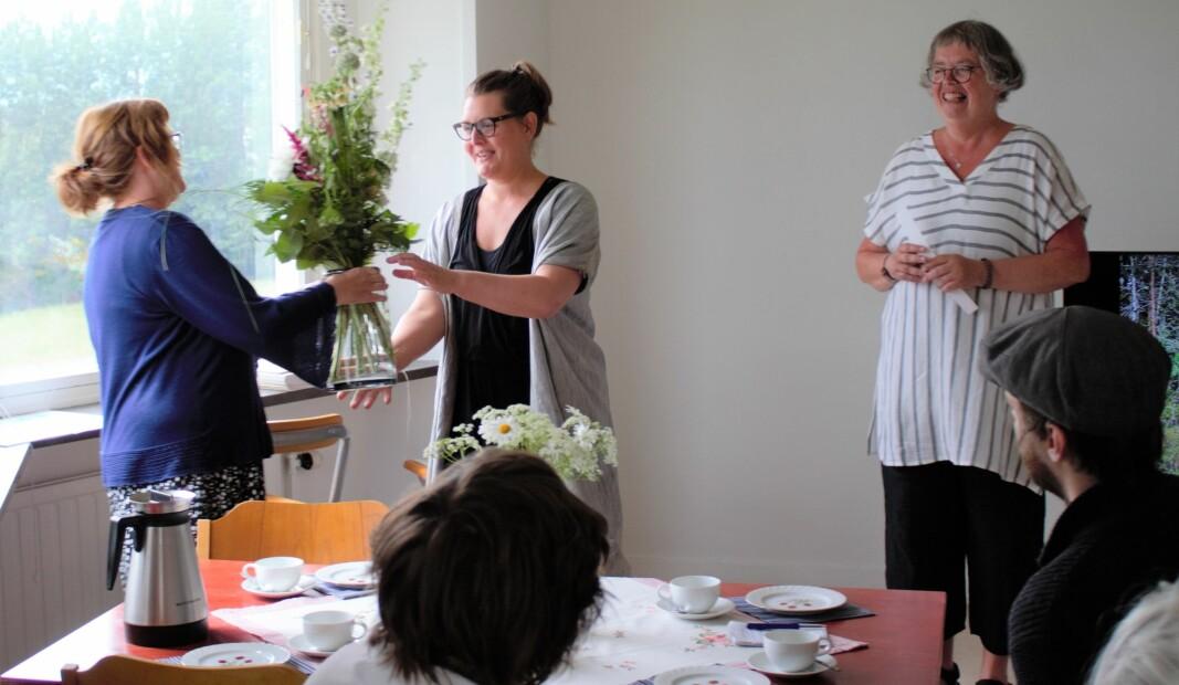 Under festliga former tog Lina Sofia Lundin officiellt emot Härkestipendiet på Härke Konstcentrum 29 juni, då Maria Olsson till vänster i bild överlämnade en blomsterbukett.