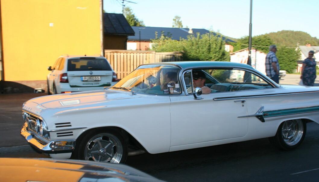 Micke Joansson och dottern Frida glider runt i sin Chevrolet