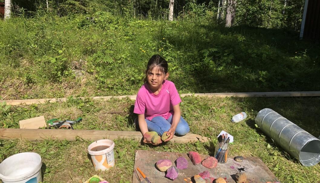 Farah Alzaher och de andra deltagarna har målat stenar som ska läggas ut i skogen. Den som hittar och följer alla stenar kommer fram till en skatt.