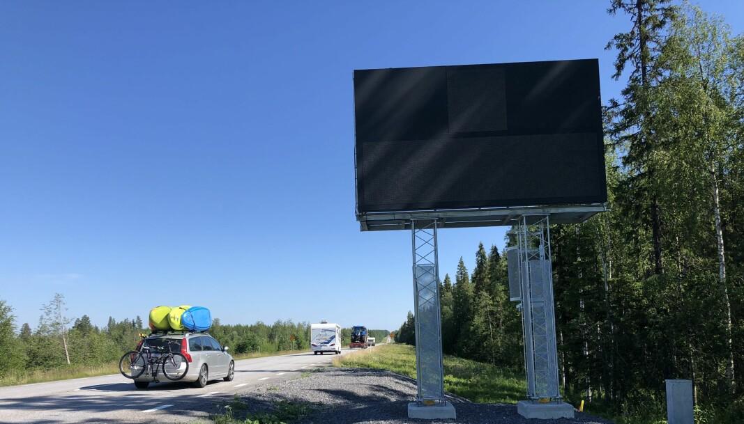 Trafikverket har låtit sätta upp en skylt på vägen från Östersund mot Hallviken, strax innan avtagningsväg 795. Den har kostat 1,2 miljoner och ska stå tills 2025 då förstärkningsarbetet planeras vara klart.