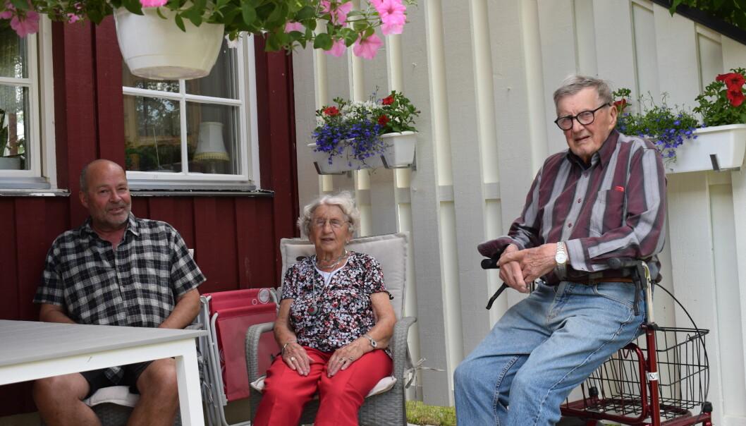 Sören Gustavsson, Rut Malmquist och Nils-Erik Carlsson sitter på Ruts uteplats och diskuterar situationen. De är alla oroliga och bedrövade.