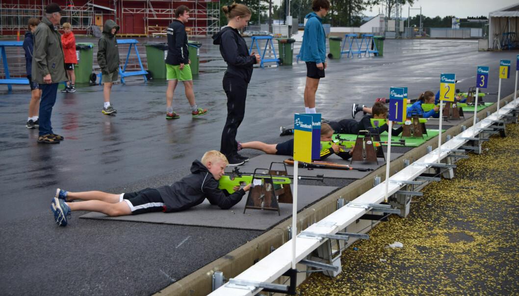 Barnen på Skidskytteskolan har nyss tagit fram underlagen som gör det mer bekvämt att ligga på marken.
