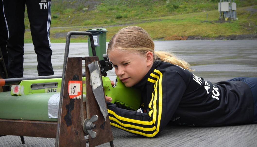 Karin Westström, 10 år, övar på sin skjutställning.