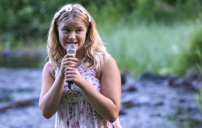 """Julia Johansson, 14 år, som framförde Håkan Hellströms """"Valborg""""."""