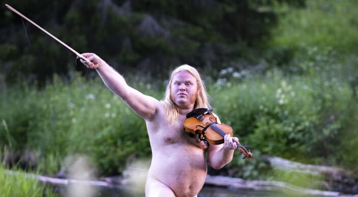 """Jens Stenberg, deltog för åttonde året i rad, denna gång framförde han, på hårt distad rock´n´rollfiol, """"Fiolsolo efter Jimmy Page""""."""