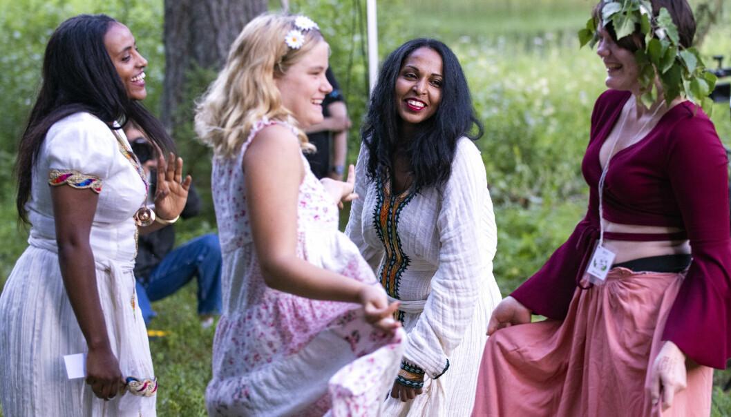 Rahel Mamo och Soliyana Weldemikal som dansade, fick med sig sina medtävlare i dansens virvlar vid Torån.