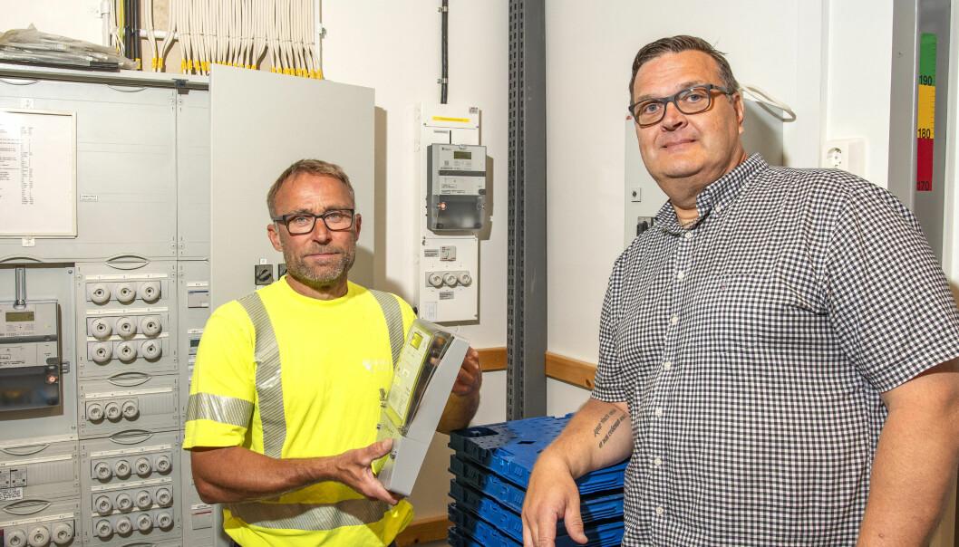 Efterlängtad var elmontören Peter Göransson från BTEA som precis hunnit byta mätaren och därmed fått i gång elektriciteten på Systembolaget i Svenstavik. Här tillsammans med Mika Vurestedt områdeschef på Systembolaget i Jämtland, Härjedalen och södra Lappland.