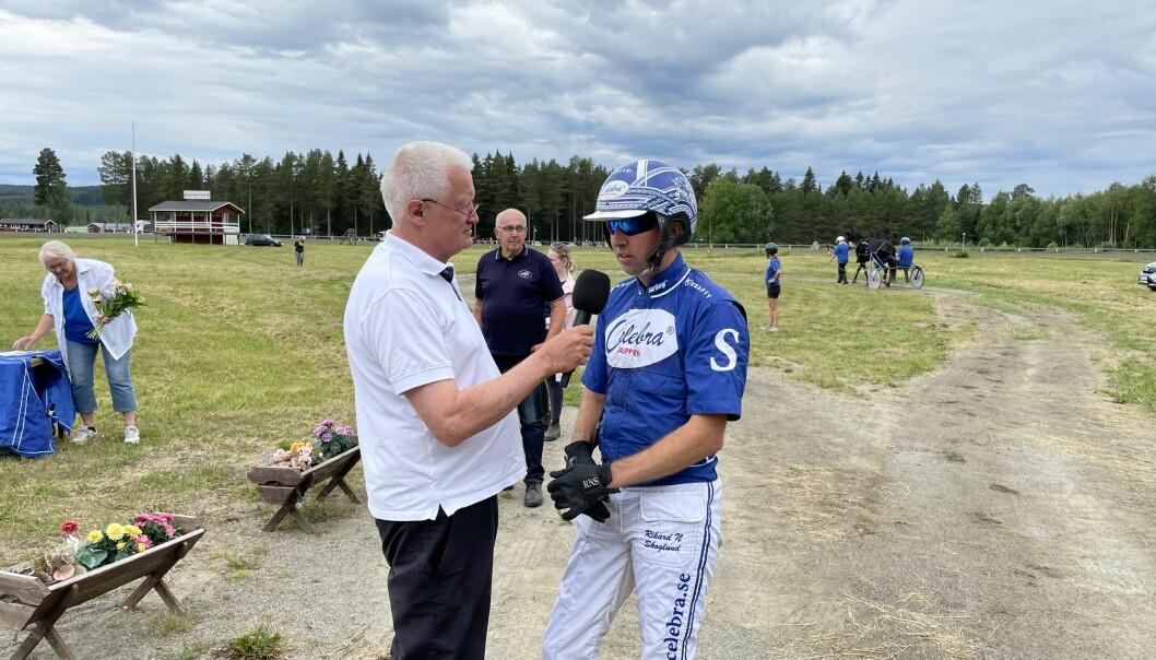Premiärloppet vanns av Secret of Joy och körsvenen Rikard Skoglund som säger att Hotingtravet är årets höjdpunkt. Här intervjuad av konferencieren och travtränaren Anders Lindqvist.
