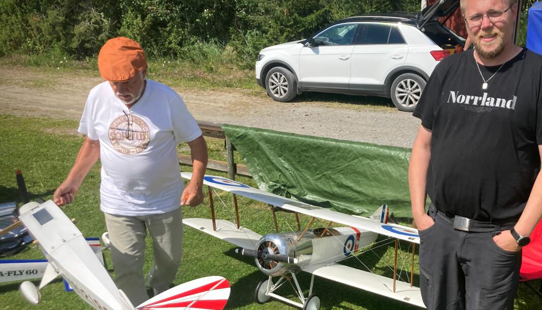 Mikael Olsson är Östersunds Modellflygklubbs ordförande. Till vänster fixar Kaj Olson med ett av sina modellflyg. På marken står Kajs Sopwitch Pup.