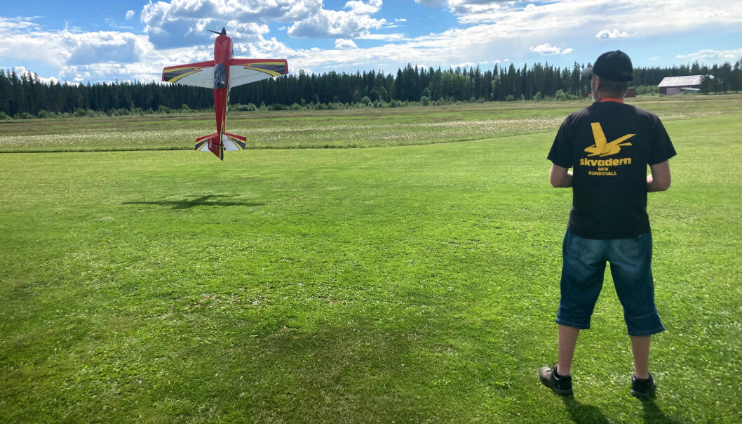Robert Vermelin flyger sitt modellflyg Slick 580.
