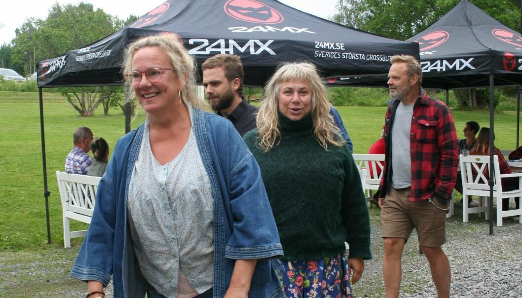 Kajsa Linderholm och Stina Wollter på väg att hämta sina tallrikar