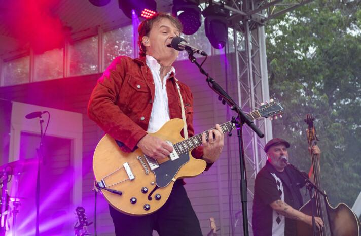 Regnet uteblev och i stället bjöds publiken på svensk blueskavalkad signerad Nisse Hellberg med band.