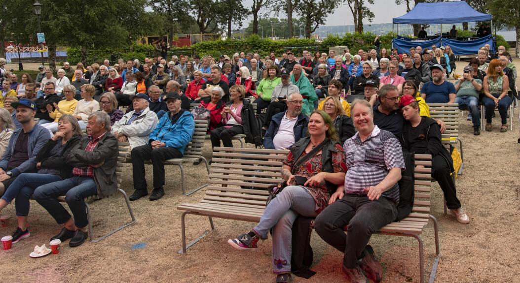 Nära fullsatt i Badhusparken när Nisse Hellberg med band bjöd på drivig surfig blues.