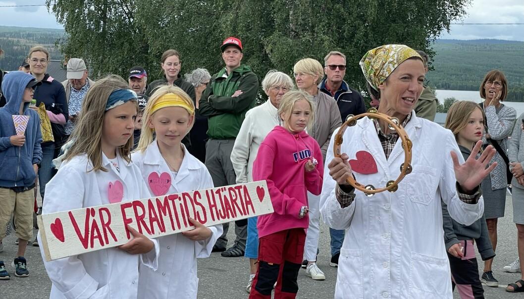Ida Collin, t.h., ordförande i Övre Tåsjödalens Framtidsförening, med sina små lottor som ingår i Tåsjödalens Fria Lottakår som med besökarnas hjälp skapade en kärleksbomb över Norråker.