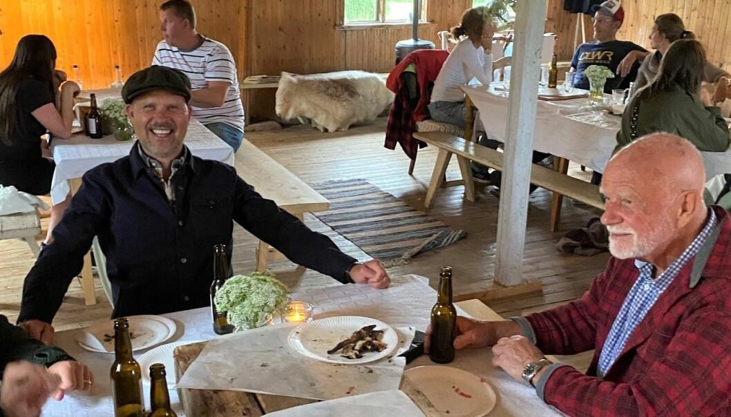 Det var flera sommarbesökare som tog tillfället i akt att sitta ner och äta pizza i den annorlunda gårdsmiljön.