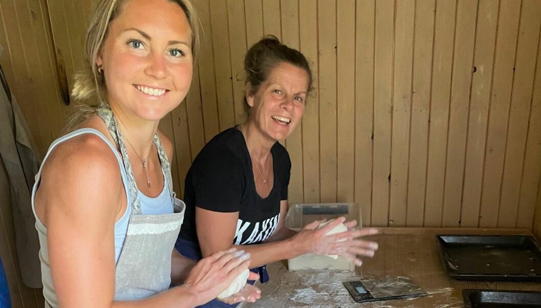 Surdeg till över 200 pizzor skulle hanteras på rätt sätt. Här bakar Kersti Jonsson och Hedda Bångman några av dessa.
