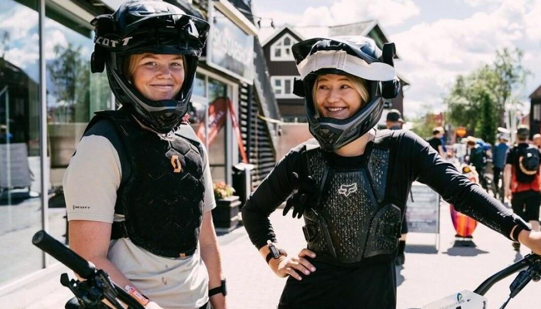 Glada cykeltjejer på Åre Torg. Foto: Åre Bergscyklister
