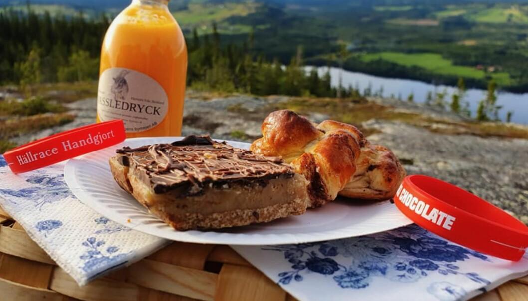 Besökarna utrustas med pic-nic-korg och filt på vägen uppför Hällberget, korgen fyller de med hemgjord fika och kaffe serveras på toppen av Hällberget.
