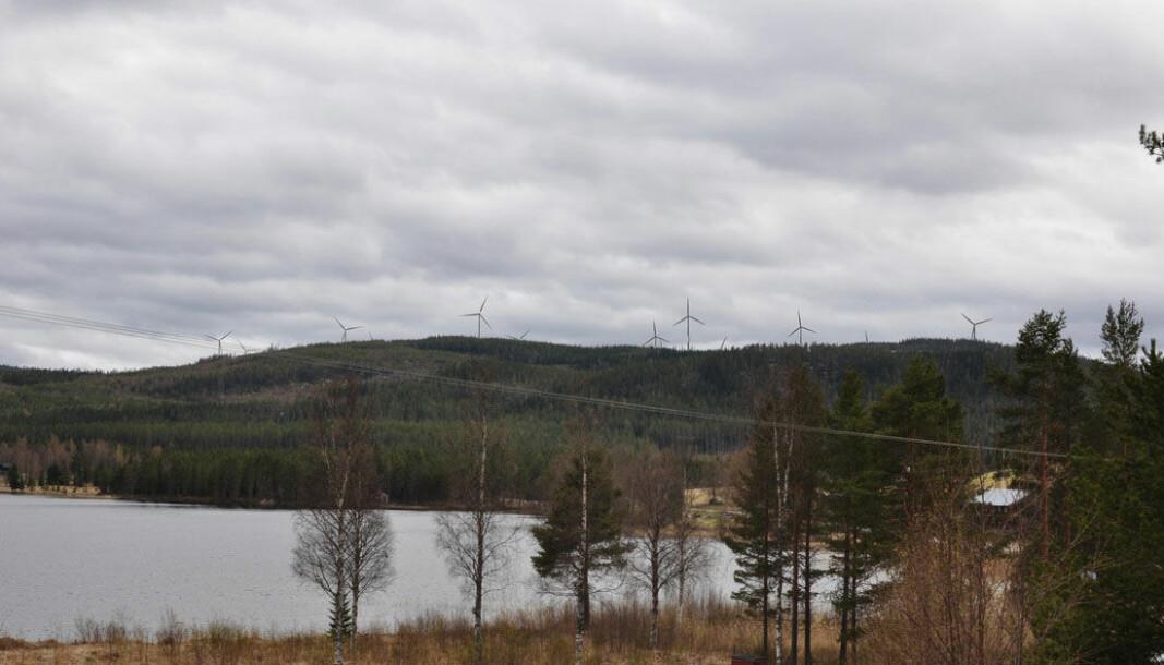 Jämtvind kommer att överklaga Bräcke kommuns beslut att stoppa vindkraftsetableringen utanför Kälarne. På bilden illustreras hur några av snurrorna skulle ut sett från Väster-Övsjö. FOTO: Jämtvind.