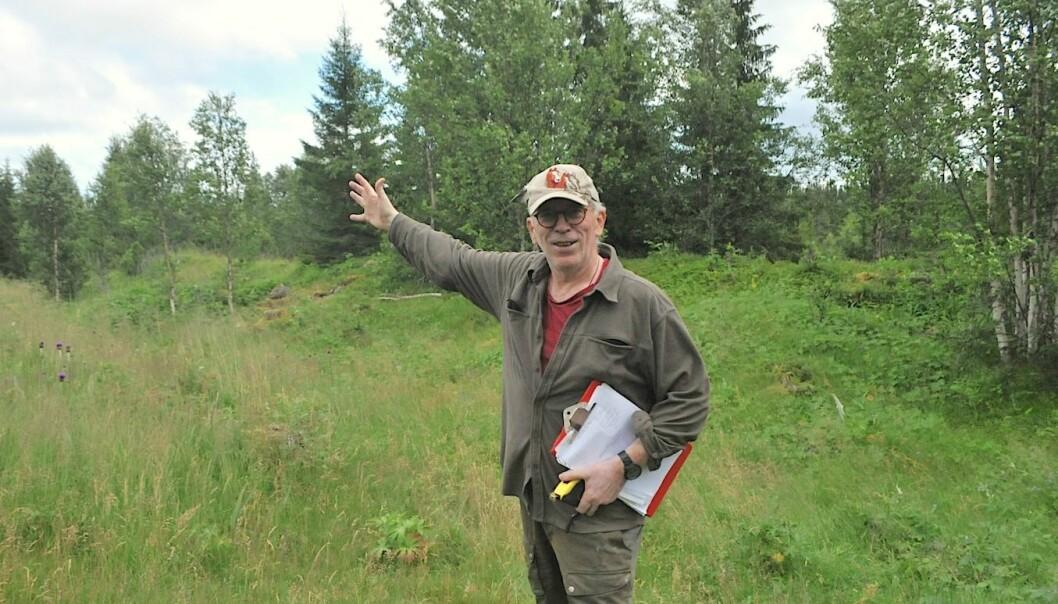 Roy Vega pekar på platsen med rester av en möjlig borgstruktur.