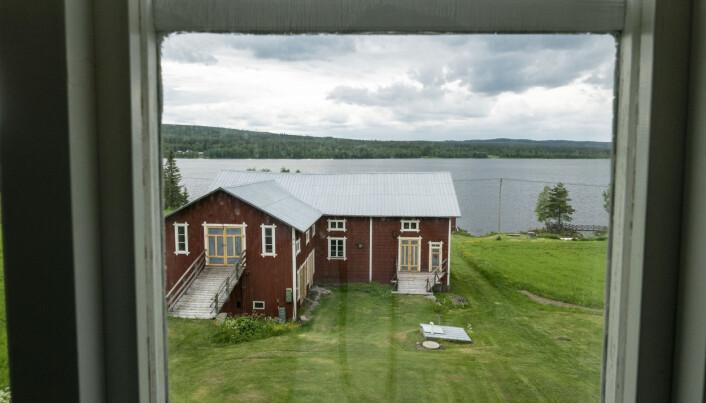 Från drängkammaren har du en vacker utsikt över Hemsjön.