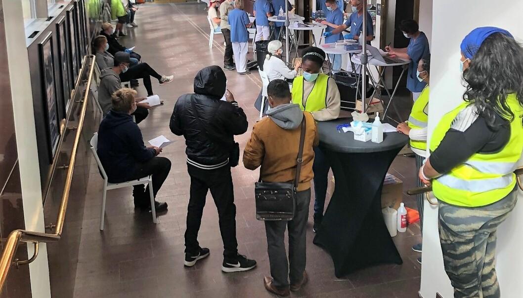 Det var många som ville vaccinera sig i fredags när Region Jämtland Härjedalen erbjöd vaccin på Storsjöteatern i Östersund.