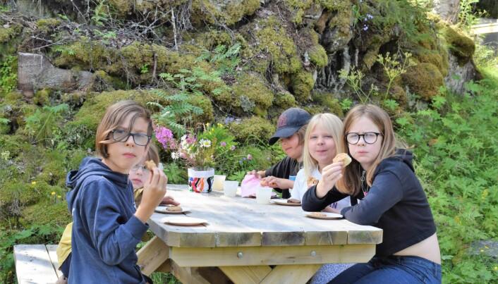 Ett gäng barn från Kaxås och Krokom lät sig väl smaka av kakorna. Några av dem var här för första gången.
