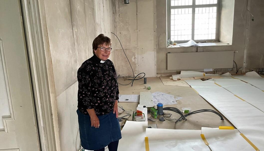 Elisabeth Björklund, kyrkoherde i Strömsunds pastorat, står i trinettköket som ska byggas i Ströms kyrka. Här ska man kunna hålla studiecirklar, barnsamlingar och kyrkkaffe.