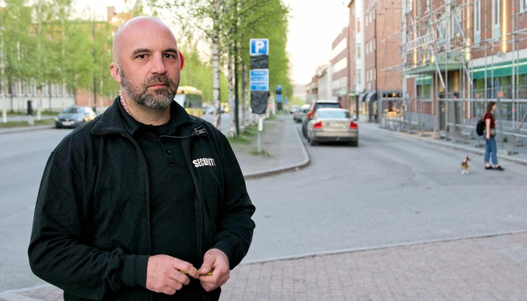 """Cescen Petrusson ansvarar för vakterna på O'learys och Gamla Teatern i Östersund. Han är orolig över de höjda avgifterna för grundutbildningen och fortbildningen. """"Jag har flera i min kår som kommer att sluta"""", säger han."""