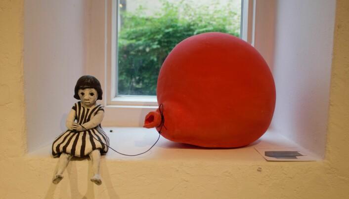 Anniki Anderssons skulptur påminner om att kalas även kan bli mindre lyckade.