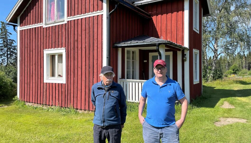 Göran Nordkvist och Tomas Persson, ättlingar till invånarna i Sunnansjö by, framför den gamla affären som ger tak till häckande tornfalkar. Gården har varit i familjens ägo i 200 år. Göran är den enda fast bosatta i närheten av det planerade täktområdet, men blev inte kontaktad av bolaget. Han oroar sig för att en bergtäkt skulle riskera att förorena dricksvattnet från sjöarna som länkas i ett vattensystem från fjällen till kusten.